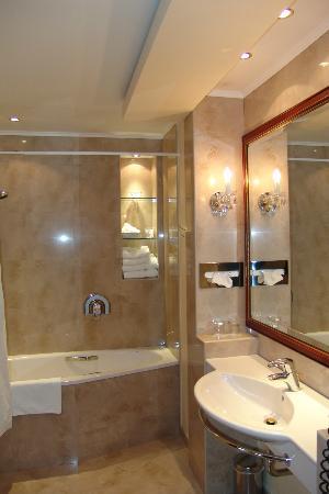 Louren Hotel: Μπάνιο
