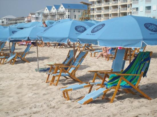 ‪‪Cabana Suites‬: Beach view umbrellas & chairs available
