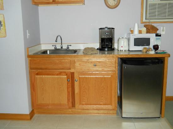 ‪‪Graystone Cottages‬: nice kitchenette area with coffee maker... the coffee is supplied. very nice