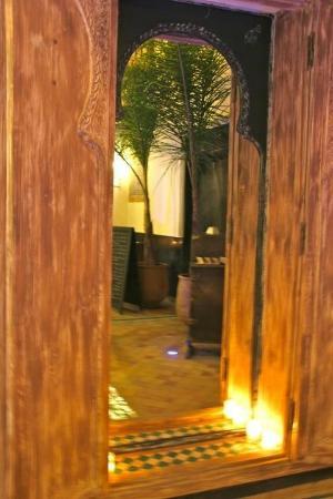 Le Comptoir du Pacha: Mur d'eau du patio ...