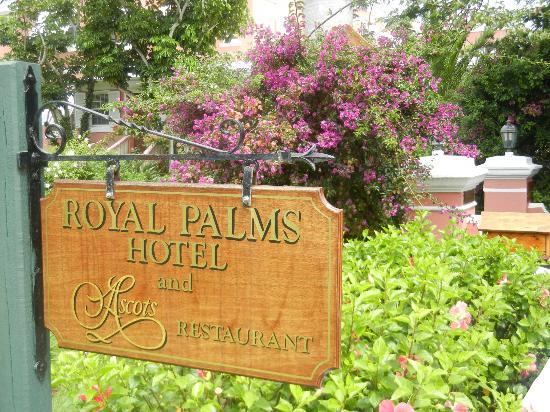 Royal Palms Hotel: Sign at driveway entrance