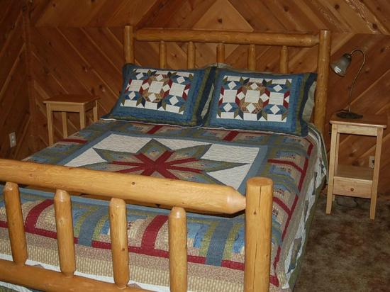Trinity River Adventure Inn River Lodging: Carriage House queen log bed