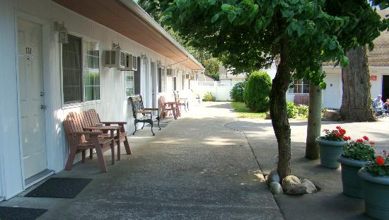 Skagit Motor Inn: Bench