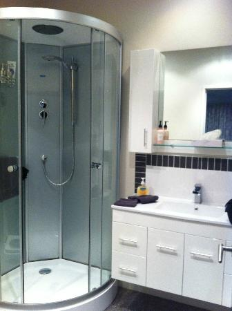 City Lights Boutique Lodge: shower room