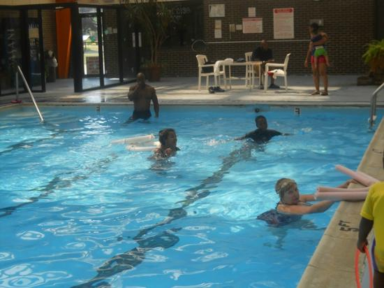 Comfort Inn Conference Center: Family enjoying pool