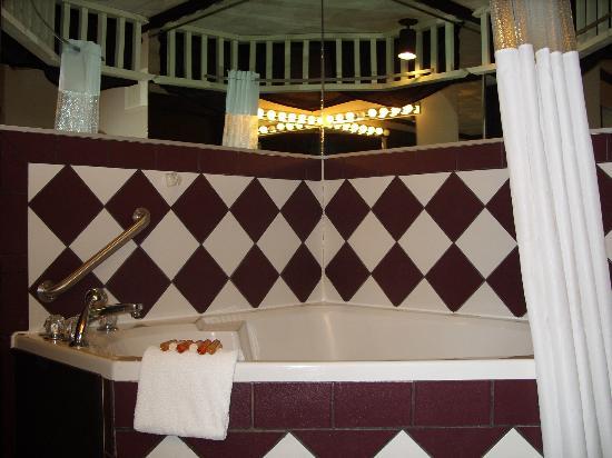 1905 Basin Park Hotel: Jacuzzi tub