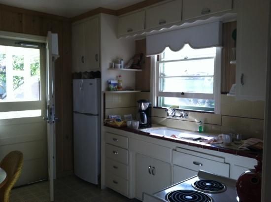 Hideaway Cottages: sunny kitchen