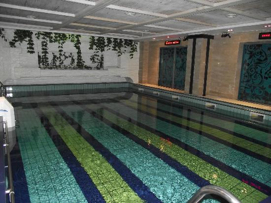 Phoenicia Express Hotel : Large indoor pool