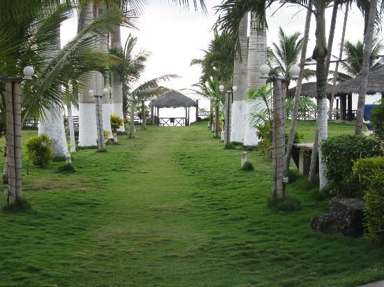 Hotel Puerto Ballesta: Camino al mirador y salida a la playa