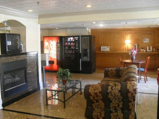 Motel 6 Norcross: Our Relaxing Lobby