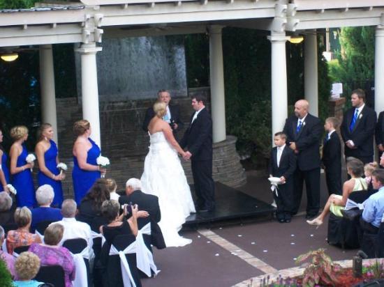 Lafayette Garden Inn & Conference Center: Courtyard Wedding