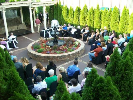 Lafayette Garden Inn & Conference Center: Wedding in Courtyard Garden