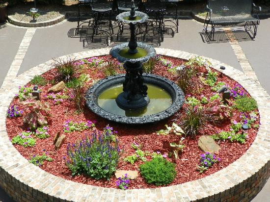 Lafayette Garden Inn & Conference Center: Courtyard Fountain