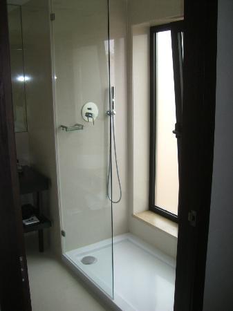 dusche mit riesigem fenster wen st rt das gegen ber bild von czar lisbon hotel lissabon. Black Bedroom Furniture Sets. Home Design Ideas