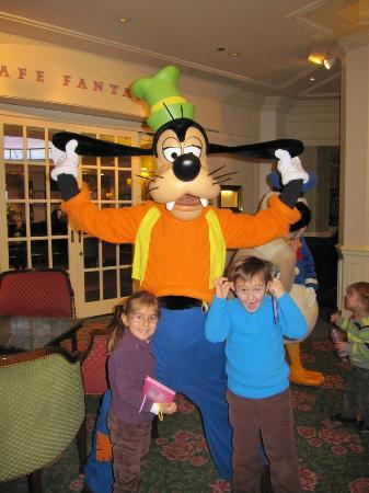 Disneyland Hotel: Hall del restaurante inventions