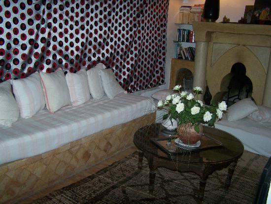 Riad Villa El Arsa: salon-bibliothèque