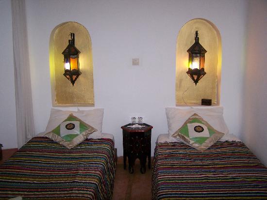 """Riad Villa El Arsa: chambre des """"petits princes"""" à 3 lits"""
