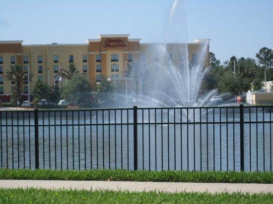 Hampton Inn & Suites Jacksonville - Bartram Park: The fountain in front of the hotel