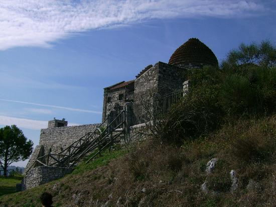 Rudere del Castello Medievale di Castel Morrone