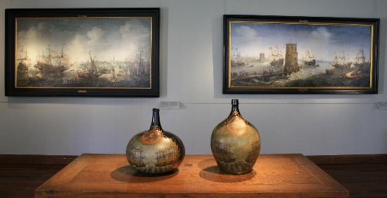Museo de Frans Hals: Schilderijen gemaakt door derden en op voorgrond oude kannen uit de tijd van de VOC