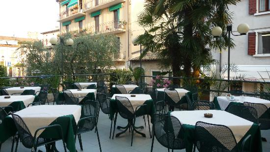 Hotel Vittoria: Patio (nice to have breakfast on of a morning)