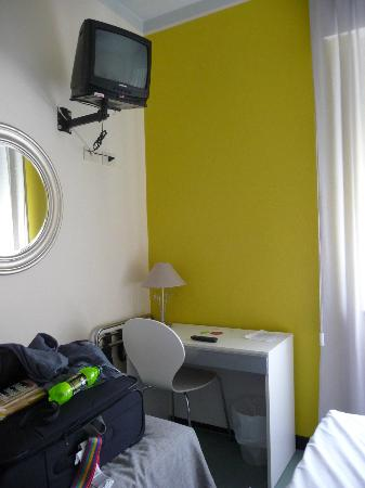 Hotel Vittoria : Bright room, very small ancient TV though.