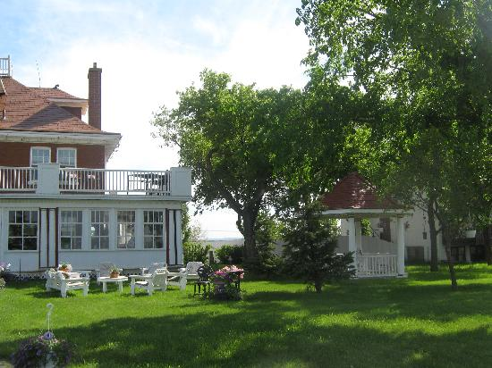 Wakamow Heights Bed and Breakfast: Front yard