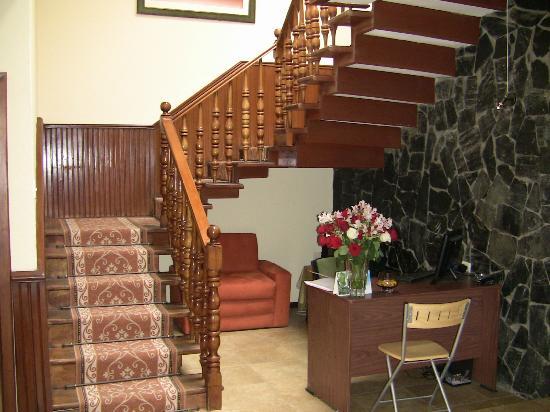 Hostal Casa Lloret: Escalier et bureau de l'accueil