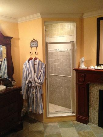 Creighton Manor Inn Bed and Breakfast: Shower