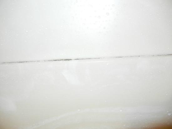 Park Inn by Radisson Uniontown: Mildew on tub.