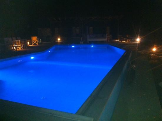 Windmill Bella Vista: Zwembad bij nacht bij Bellavista