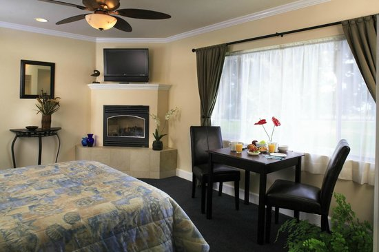 Blue Sands Motel: Fireplace Room