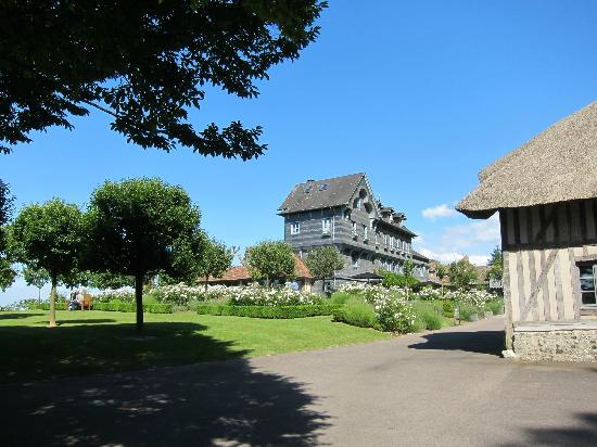 La Ferme Saint Simeon - Relais et Chateaux: View of main building from the gardens.