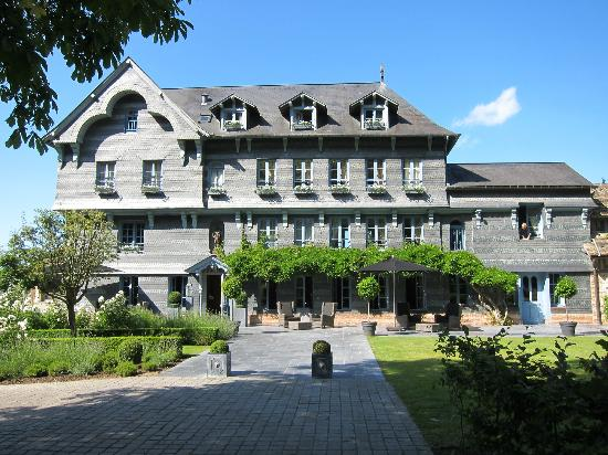 La Ferme Saint Simeon - Relais et Chateaux: Front of the hotel