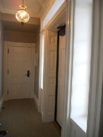 Aurora Inn: Corridor between room 4 and adjacent room. This leads to the porch outside that overlooks lake.