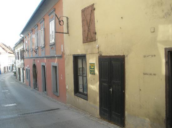 Hotel Mitra: Street scene
