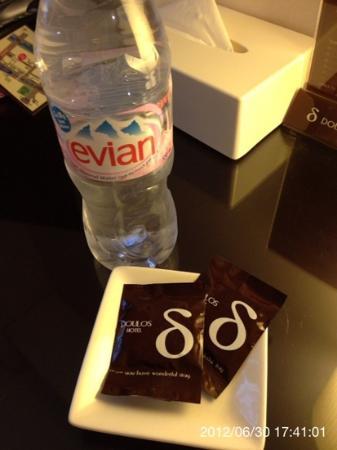 Doulos Hotel: サービスでついてくるエビアンとお休みチョコレートです