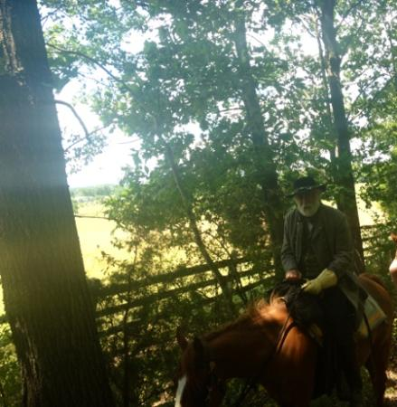 Hickory Hollow Horse Farm: Passing General Lee on the trail