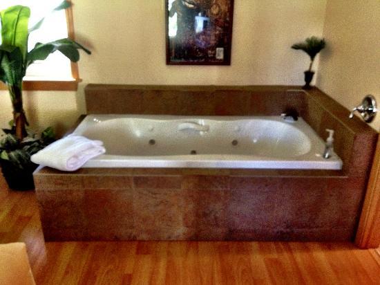 Islander Inn: Jacuzzi tub
