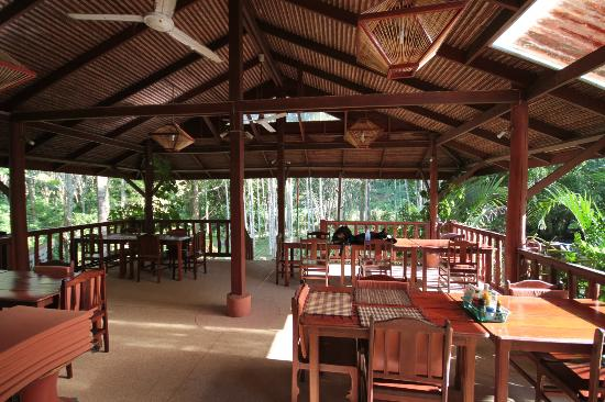 Phanom Bencha Mountain Resort: Open air restaurant.