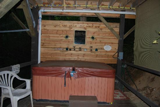 Bear Creek Lodge and Cabins: hot tub