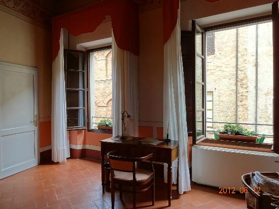 Hotel L'Antico Pozzo: 部屋には大きな窓