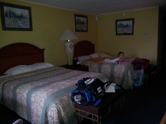 Trail's End Motel: Leah's happy with soft bed!!