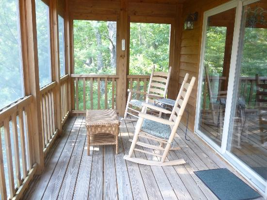 Dogwood Cabins at Trillium Cove: Screened-in porch