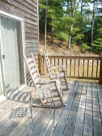 Dogwood Cabins at Trillium Cove: Porch area overlooking woods/mountains