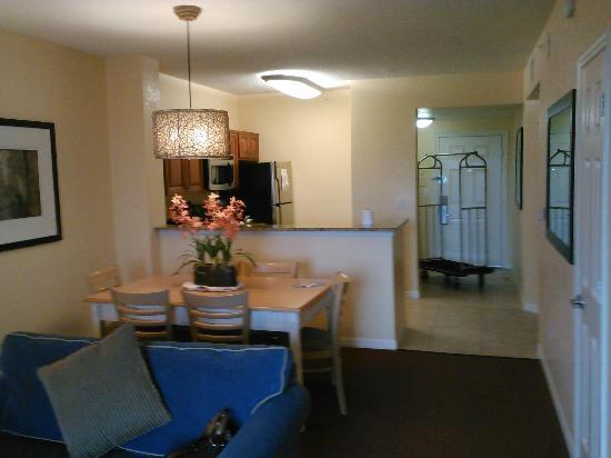 Orlando's Sunshine Resort: Dining and Kitchen Area