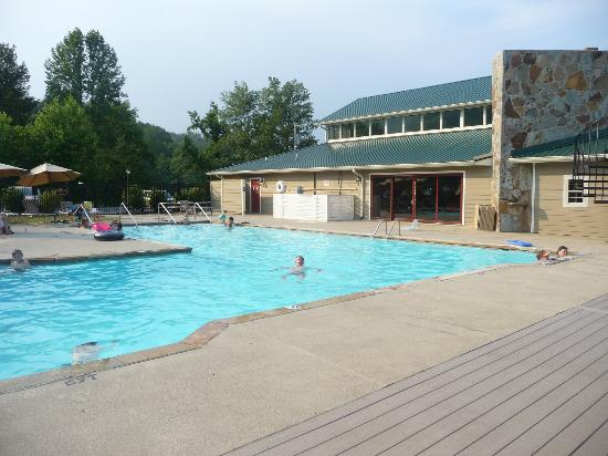 Dogwood Cabins at Trillium Cove: Swimming pool at golf course