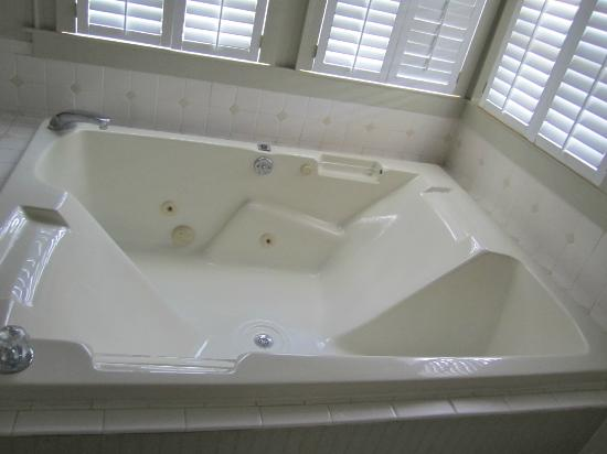 Pecan Tree Inn: Bath in Queen Anne suite