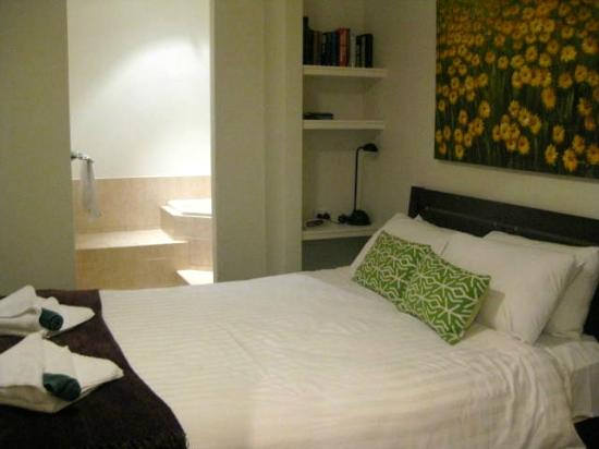 Margaret River Hideaway & Farmstay: Master bed room with private jacuzzi