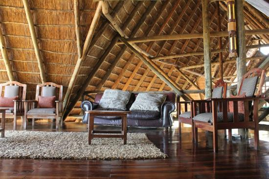 Muchenje Safari Lodge: Mezzanine lounge area